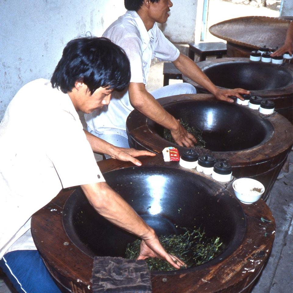 Anbassa-artisan-torrefacteur-different-type-de-the-Workers-heat-tea-min