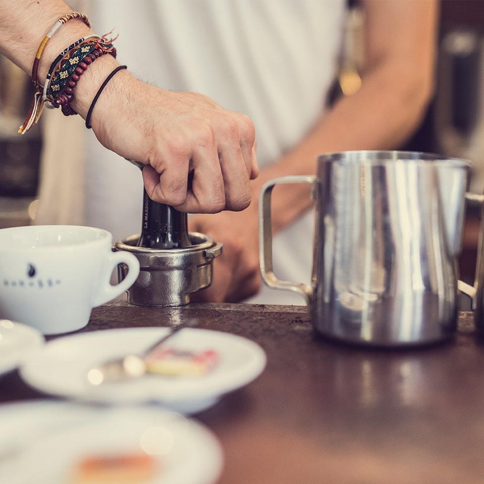 Anbassa-artisan-torrefacteur-preparer-son-cafe-machine-espresso-slider-1-3-min